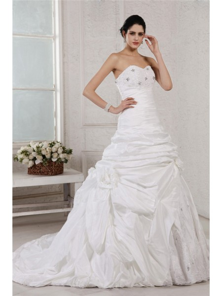 A-Line/Princess Beading Applique Sweetheart Court Train Sleeveless Taffeta Wedding Dresses