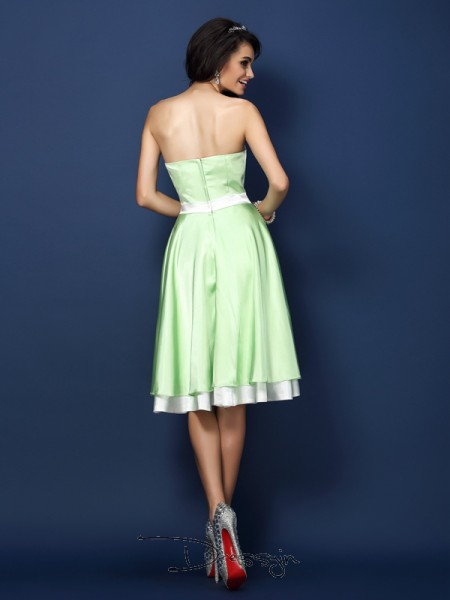 A-Line/Princess Sleeveless Elastic Woven Satin Strapless Knee-Length Bridesmaid Dresses